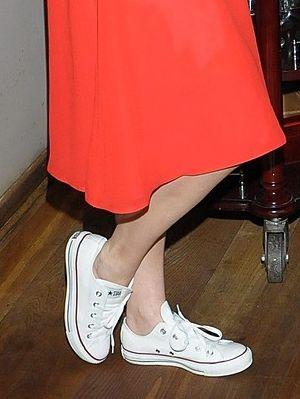 Do sukienki ubrała białe trampki (FOTO)