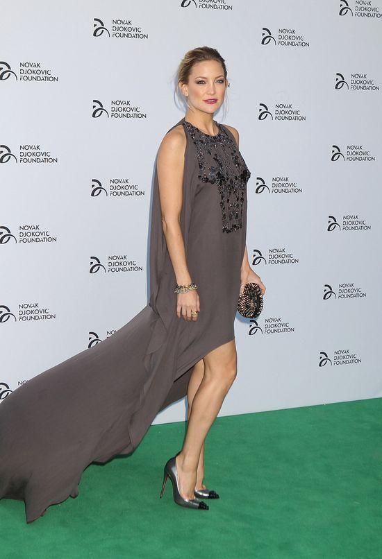 Kate Hudson, szara sukienka