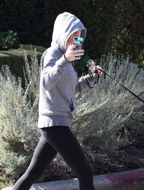 Miley Cyrus z pupilami na spacerze (FOTO)