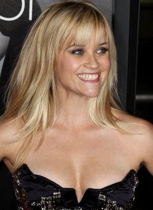 Reese Witherspoon w stroju kąpielowym relaksuje się na plaży