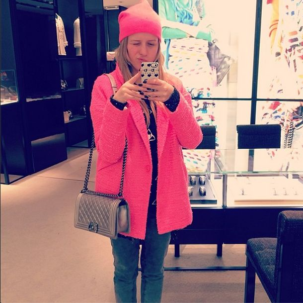 Jessica Mercedes, różowy płaszcz i Chanelka