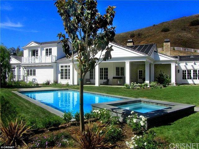 Rok temu Kylie Jenner skończyła 18 lat. W chwili osiągnięcia pełnoletności nastolatka kupiła dom w Calabasas za niecałe 3 miliony dolarów.