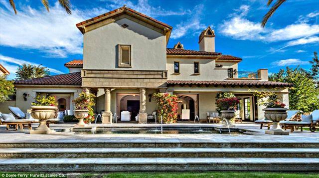 Piękna willa w Kalifornii, zbudowana w hiszpańskim stylu, wyposażona w 4 sypianie, piękna piwniczkę z winami, barek, spa, kino domowe, przytulny salon, wielkie tarasy, basen - czego chcieć więcej?