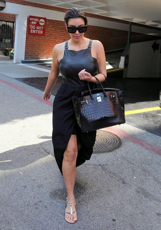 Kim Kardashian w czarnej sukience i płaskich butach