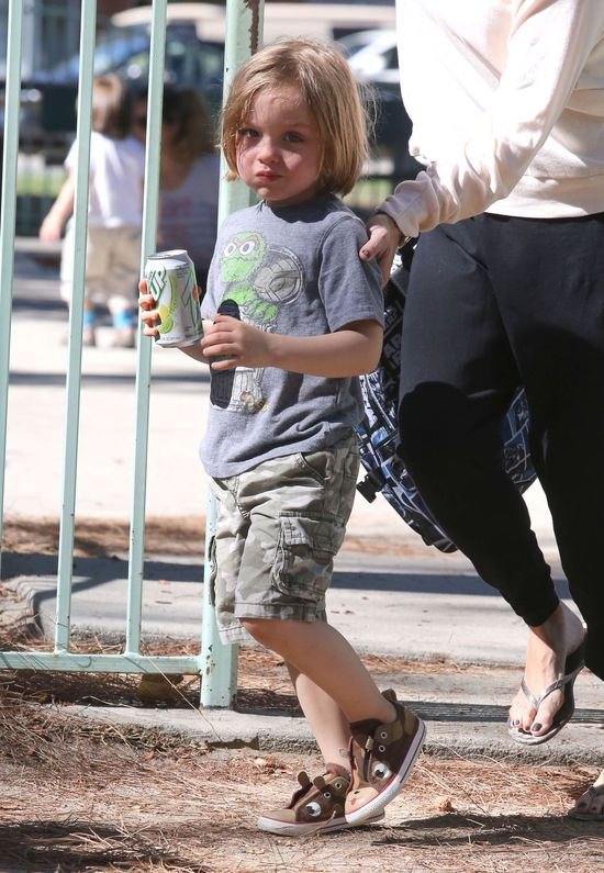 Vivienne i Knox Jolie-Pitt w parku