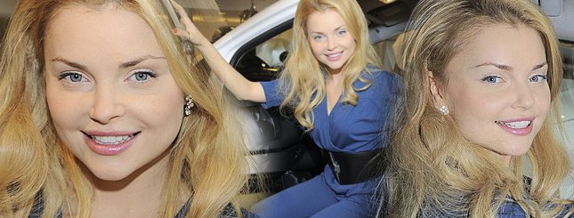 Seksowna Iza Miko i jej autko (FOTO)