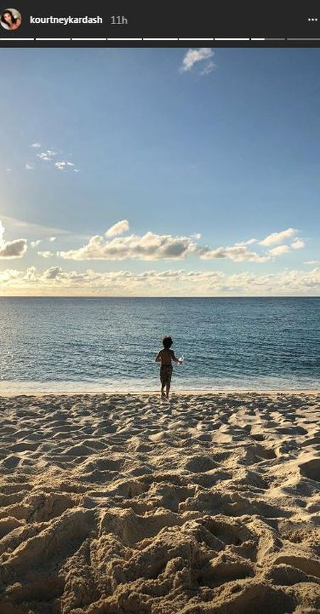 Kourtney Kardashian z ciałem 20-latki bawi się na wakacjach (Instagram)