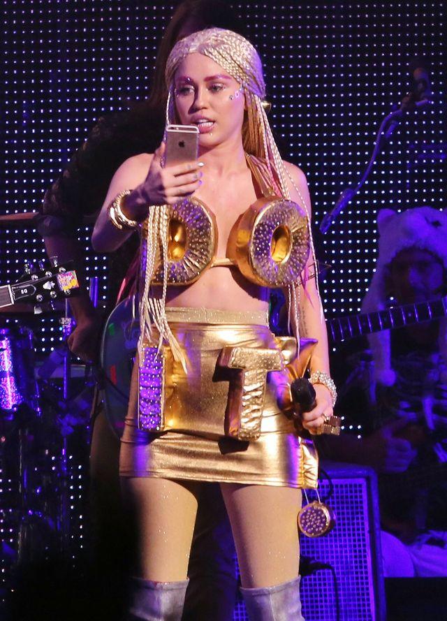 Miley Cyrus pozuje topless na instagramie