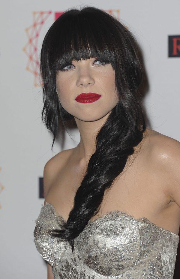 Carly Rae Jepsen w długich czarnych włosach z grzywką