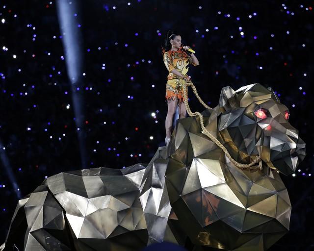 """Katy Perry podczas swojego występu na Super Bowl 2015 - na wielkim zwierzu wykonywała piosenkę """"Roar!"""""""
