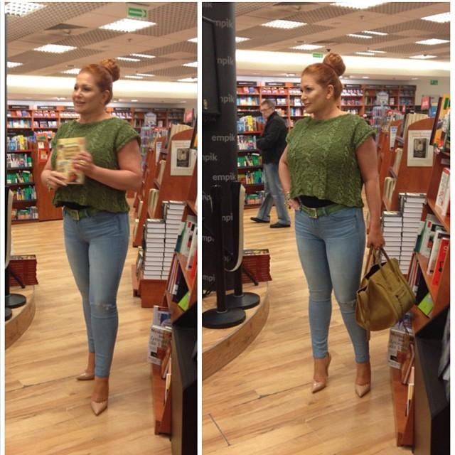 Marta Grycan promuje swoją książkę w katowickim Empiku, w Silesia Center. Celebrytka ma na sobie krótki top, obcisłe dżinsy rurki od JBrand i buty od Christiana Louboutina.