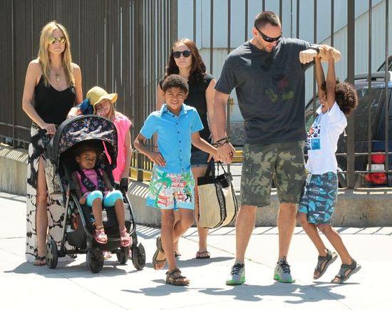 Heidi Klum i Martin Kristen z dziećmi w parku