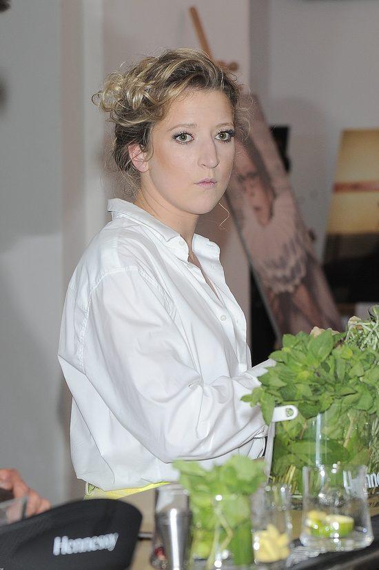 """Lara Gessler na urodzinach magazynu """"Twój Styl"""" - celebrytka w białej koszuli i upiętych włosach."""