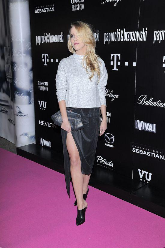 Jessica Mercedes w srebrnym sweterku