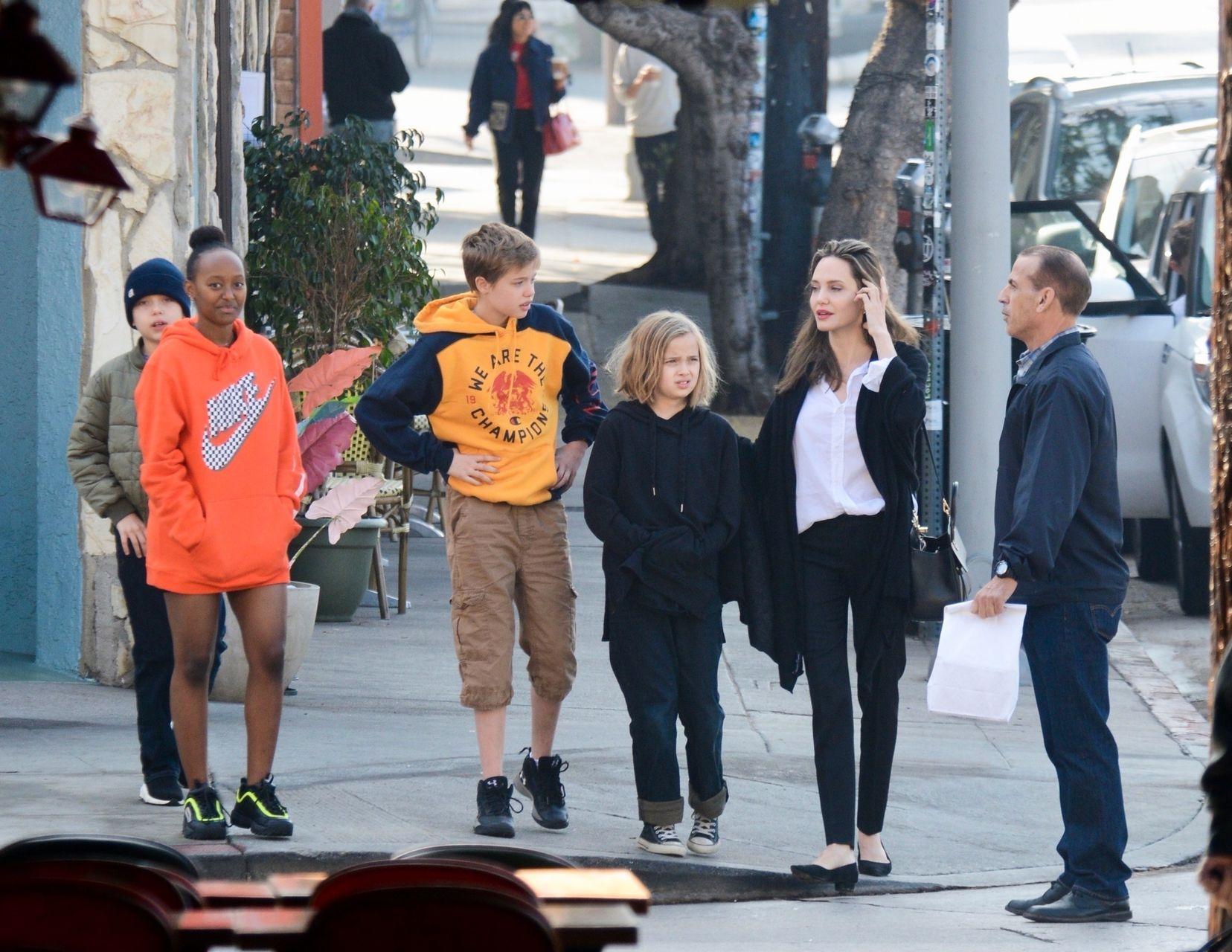 Uśmiechnięta Angelina Jolie z dziećmi