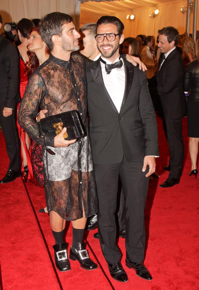 """Marc Jacobs - projektant mody uznany przez magazyn """"Out"""" za jednego z 50 najbardziej wpływowych gejów na świecie. Aktywnie udziela się w promowaniu związków homoseksualnych."""