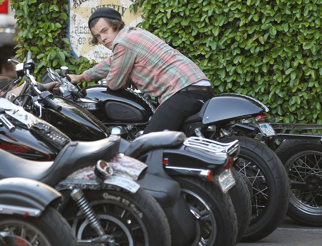 Harry Styles na motocyklu.