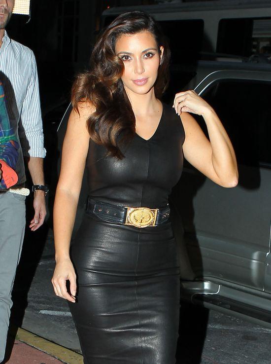 Kim Kardashian w czarnej, skórzanej sukience