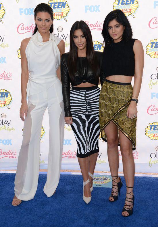 Kim Kardashian w spódnicy w zeberke, Kendall Jenner w białym komplecie i Kylie w crop topie i złotej spódnicy