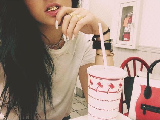 Kylie Jenner, grill na zębach