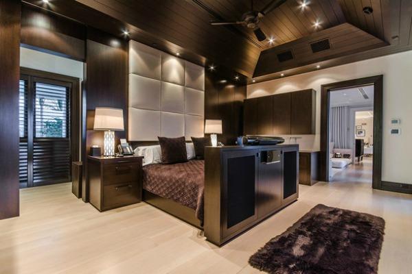 Oto sypialnia Celine Dion w domu na Florydzie. Piosenkarka gustuje w ciemnych kolorach.