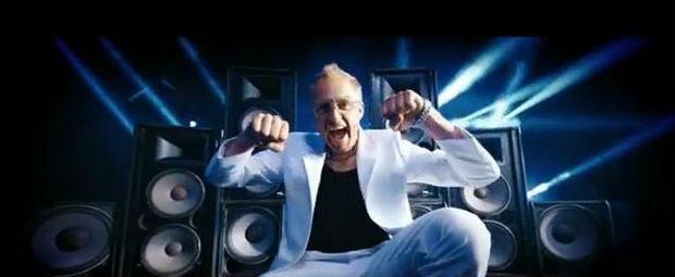 Adamczyk tańczy do disco polo! VIDEO