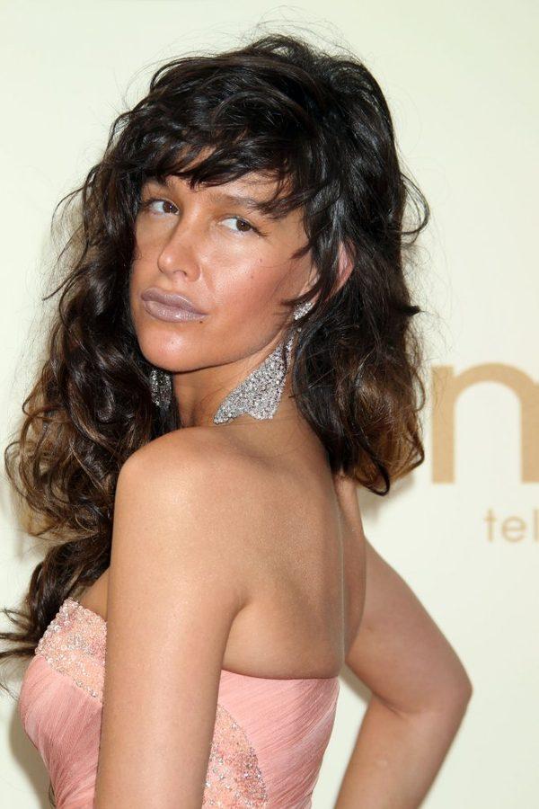 Charakterystyczne dla makijażu Paz de la Huerty są mocno podkreślone usta. Tu akurat aktorka zrezygnowała z czerwieni na rzecz... sinych warg.