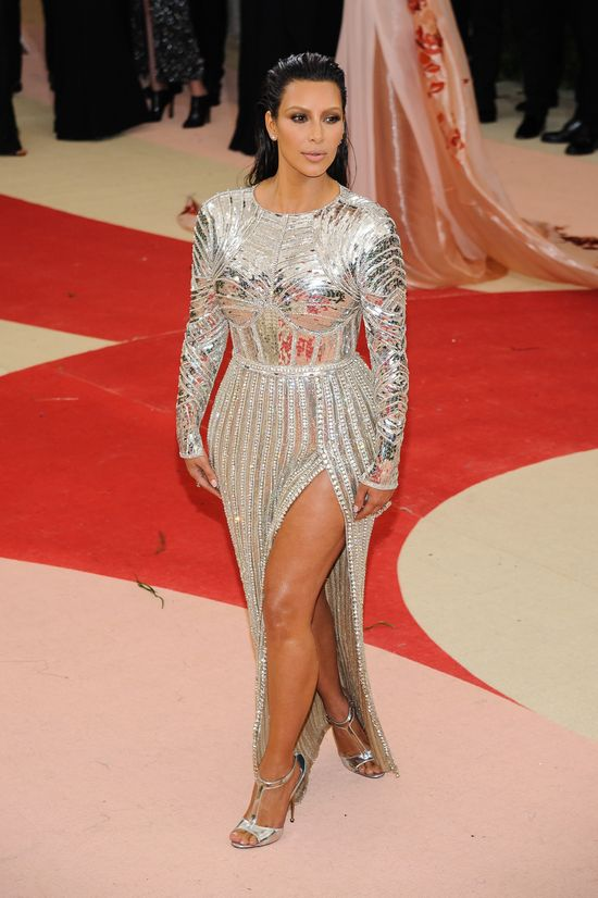 Wow! Tak NATURALNEJ Kim Kardashian dawno nie widzieli�cie! (FOTO)