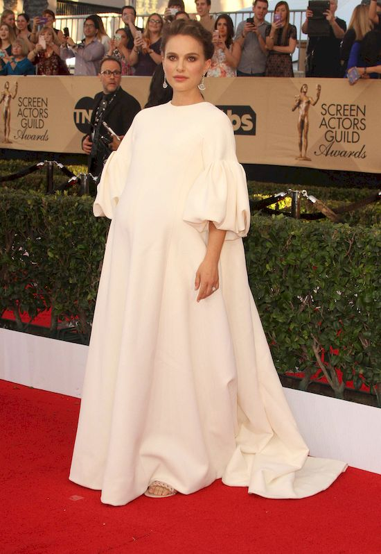 Półnaga Natalie Portman chwali sięciążą... w teledysku! (VIDEO)