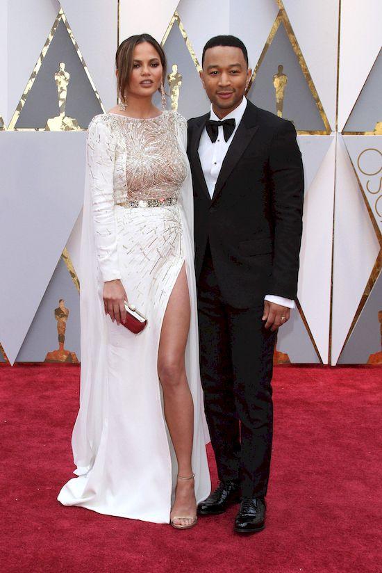 Chrissy Teigen założyła tę suknię i fani WARIUJĄ! (INSTAGRAM)