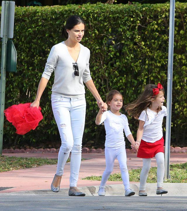 Adriana Lima wypoczywa z rodziną (FOTO)