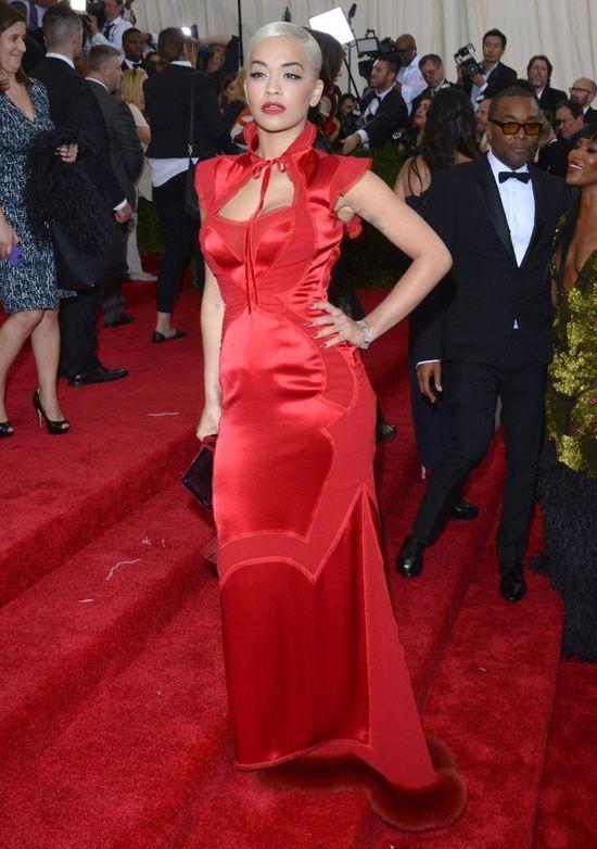 Rita Ora w czerwonej, satynowej sukni na gali MET