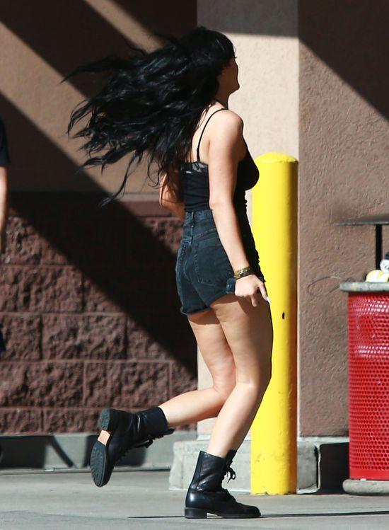 Kylie Jenner przed operacjami i z cellulitem