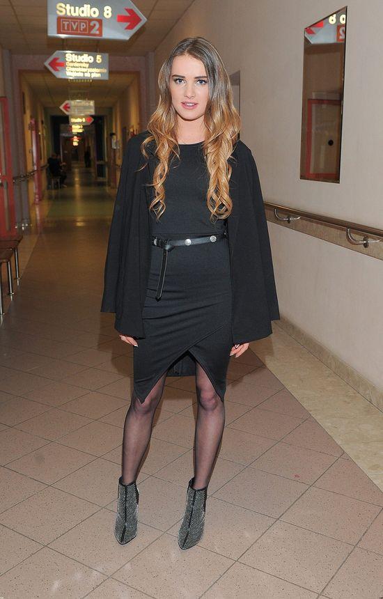 Maffashion w czarnej, asymetrycznej sukience