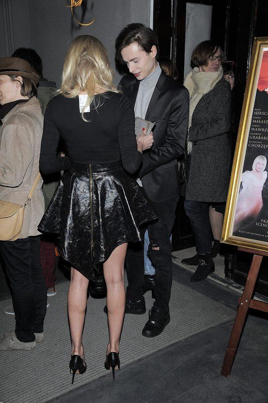 Joanna Opozda z Patrykiem Pniewskim na premierze spektaklu w teatrze Kwadrat. Aktorka zaliczyła wpadkę - pokazała się z metką na plecach.