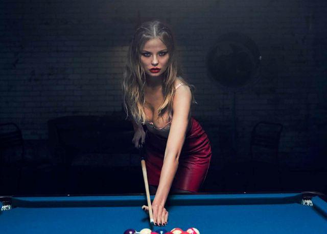 Seksowna Magdalena Frąckowiak rozbiera się podczas gry w bilarda