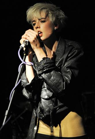 Agyness Deyn podczas koncertu