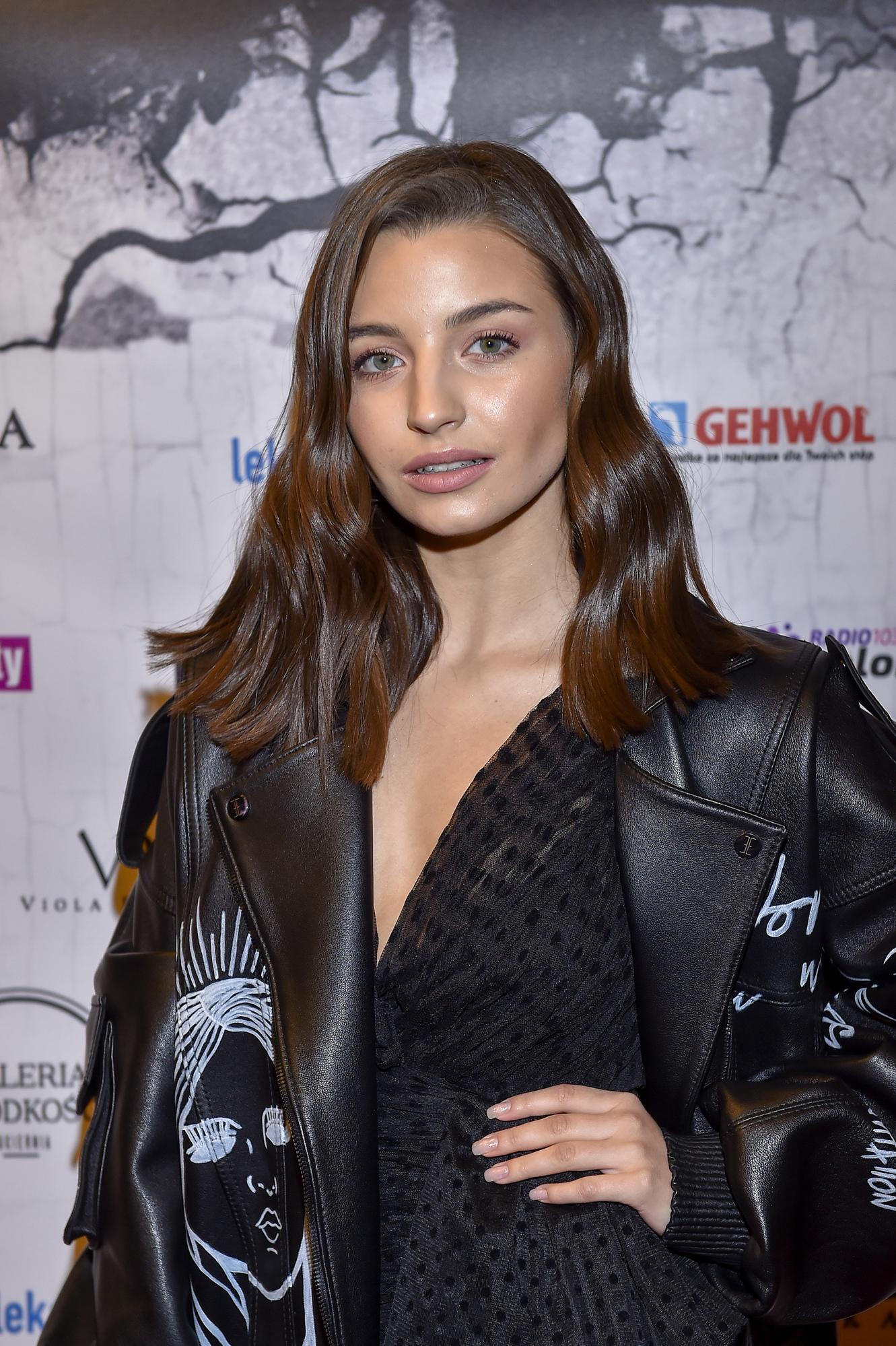 Julia Wieniawa w ogromnej kurtce na premierze Nowy Jork. Prohibicja