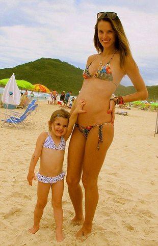 Alessandra Ambrosio celowo ukrywała ciążę