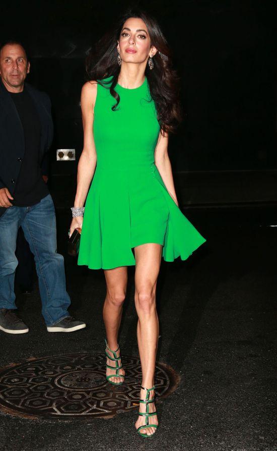 Amal Clooney pod tog� skrywa takie nogi! (FOTO)