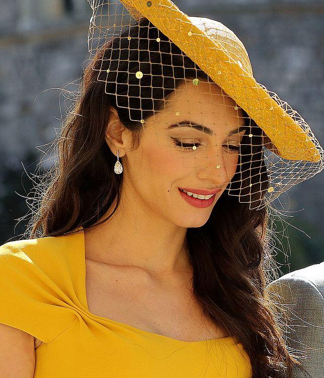 Cała na żółto Amal Clooney na królewskim ślubie (ZDJĘCIA)