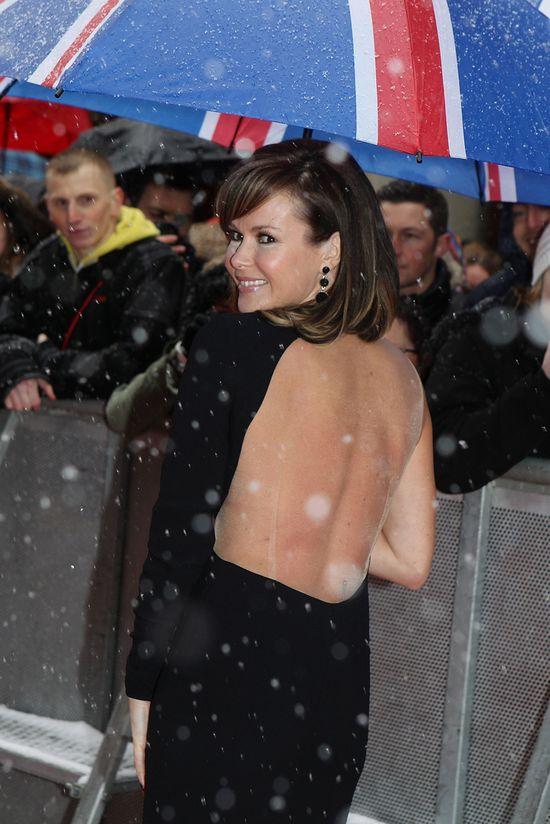 Śnieg i gołe plecy - czy ona ma dobrze w głowie? (FOTO)