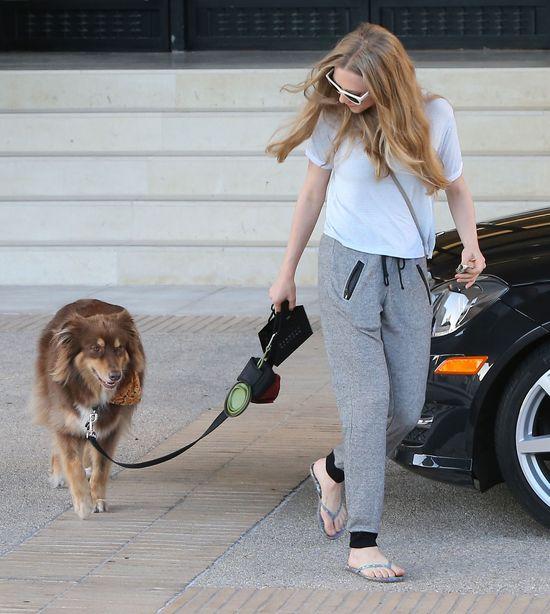 Amanda Seyfried na spacerze jak na wybiegu (FOTO)