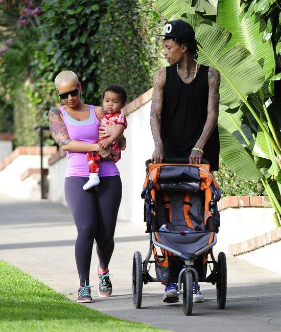 Amber Rose z rodzinką na spacerze (FOTO)