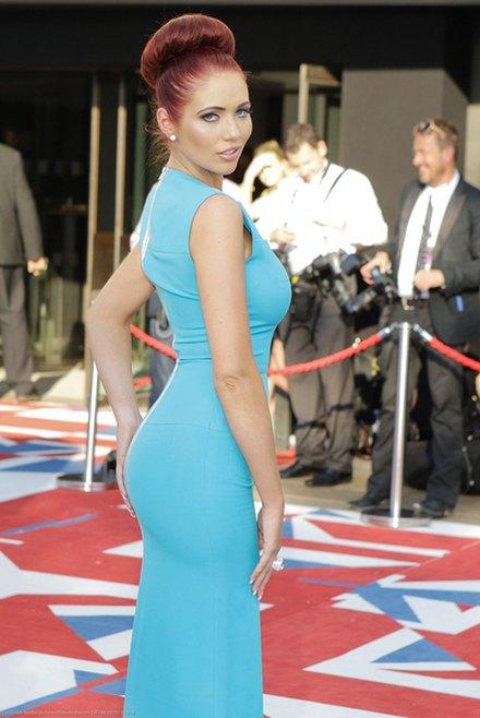 W sukni od Victorii Beckham wciąż trzymała się za pupę FOTO