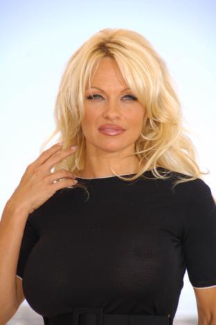 Pamela Anderson z futrzakiem (FOTO)