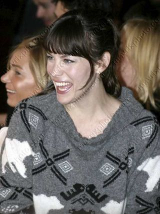 Liv Tyler w dłuugim swetrze (FOTO)