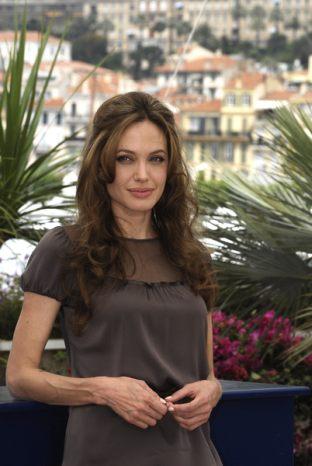 Fan Angeliny Jolie pozywa jedną z fundacji