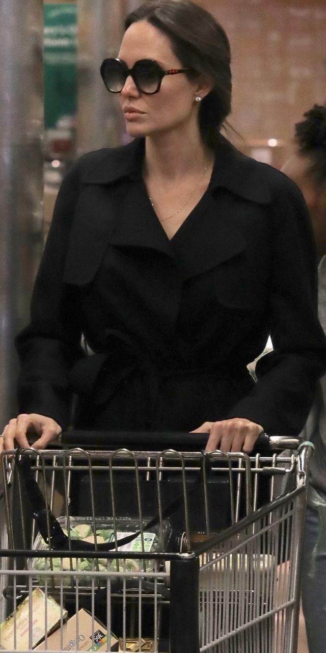 To CUD, że dożyła 43. urodzin! Zobaczcie, jak tabloidy uśmiercały Angelinę Jolie