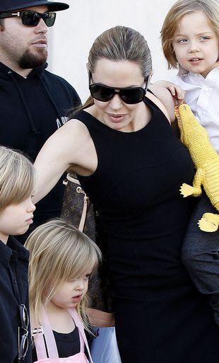 Angelina Jolie i Brad Pitt wynajęli 12 niań!
